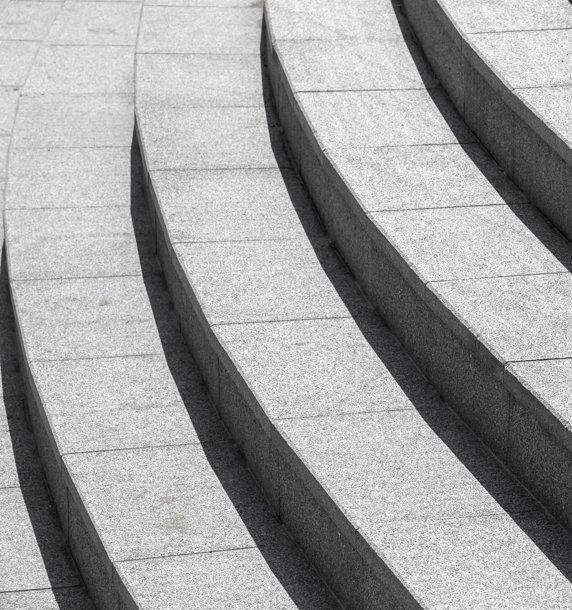 Imagem escadarias em concreto, representando seguradoras parceiras da GEO.